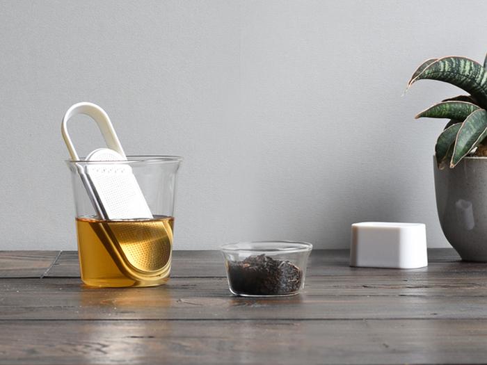 可愛らしいデザインのティーストレーナーも多い中、スタイリッシュでかっこいいのがこちらのストレーナーです。茶葉を入れる場所はスライド式になっていて、開閉もスムーズです。