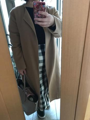 ベージュのノーカーラーコートに、他のアイテムはモノトーンで引き締めを!スカートのおかげでノーブルなのに女性らしいコーデに☆彡