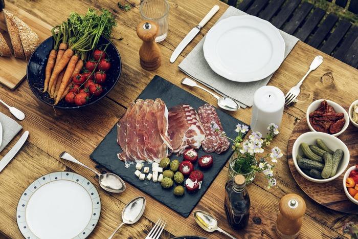 ゲストの人数や好き嫌い、お子さんの有無やアレルギー等々によってもメニューが変わります。そしてお料理のテーマをざっくりと中華、イタリアン、和食など決めておくとおくと献立作りが楽に決まります。同じ材料でも中華ならごま油ベース、イタリアンならオリーブオイルと材料は同じでもオイルを変えるだけでお料理のレパートリーが広がります。