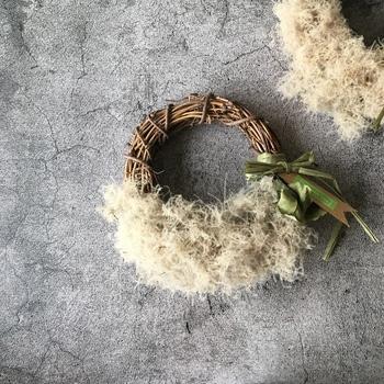 ドライにしたものをハーフリースに。花材はスモークツリーだけというシンプルなものですが、華やかさは十分。