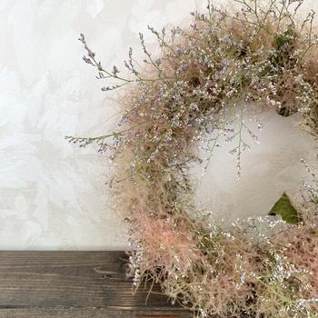 他の花材を組み合わせても素敵です。スモークツリーのふわふわのおかげで、優し気な雰囲気にまとまっていますね。