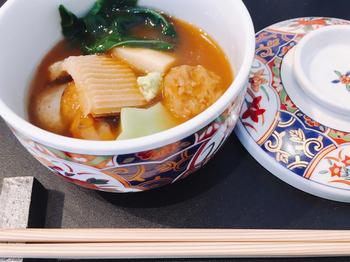 加賀名物の治部煮もいただけるんですよ。特産のすだれ麩のもっちりとした食感と、とろみのあるまろやかな煮汁がとても上品。