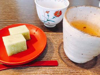 食後のデザートに添えられるお茶は、加賀棒茶。茎を焙じた香ばしい一杯は、食後にぴったりです。献立は月替わりで、都心で金沢の旬を堪能できますよ。