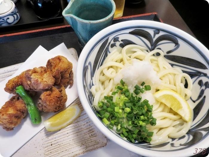 香川の名物、讃岐うどん。ランチでも数種類いただけます。こちらの「冷生醤油うどん」は、冷水で締めたうどんに、生醤油をかけたもの。しっかりしたコシがあり、独特の食感がやみつきに。うどんのお供には、愛媛県今治地方で食べられる、さまざまな部位の鶏肉を使った唐揚「せんざんき」をどうぞ。