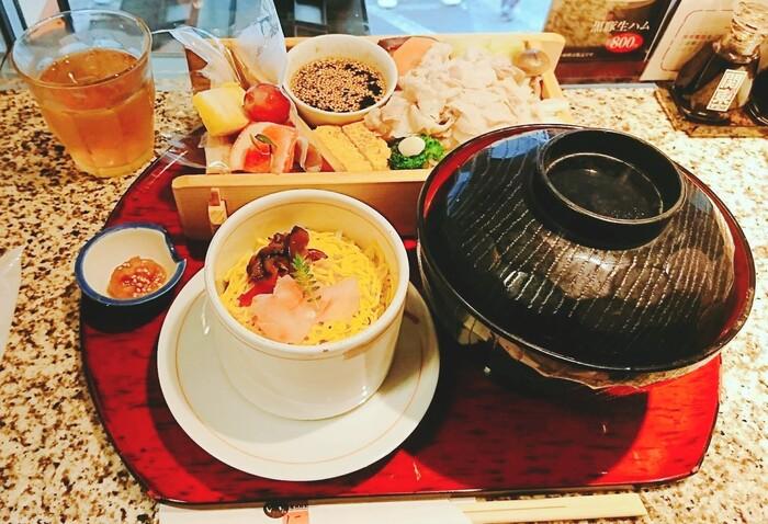 女性に人気のランチが「黒豚の野菜蒸しセット」。しっとりと蒸しあがった黒豚のおいしい脂と一緒にお野菜をいただけば、いくらでも食べられそう。酸味とコクのあるタレとの相性も抜群。ミニサイズの蒸し寿司はアツアツ、少し甘めのお味噌で作った豚汁も絶品です。