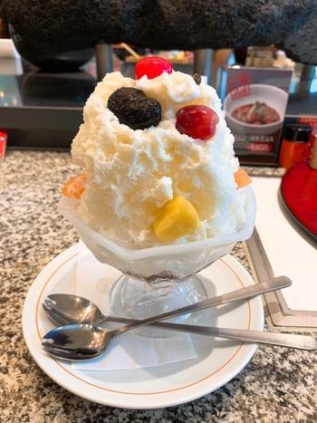 鹿児島の名物デザート「白くま」は、食後にぴったり。練乳のかき氷にたっぷりのフルーツがトッピングされていて、ひと口ごとに違う味わいを楽しめますよ。