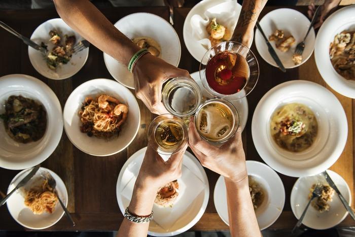 おもてなしの際に悩む献立。ポイントは最初からテーブルに出しておいても心配ないオードブル系。前日から準備できる作り置き系、そしてお腹が空いたとは言わせないための見栄えの良い簡単ご飯系。  そのほかに、サラダや煮込みなどももちろんOKです。 ゲストもホストも一緒に会話を楽しむためのおもてなしに使えるレシピをご紹介します!