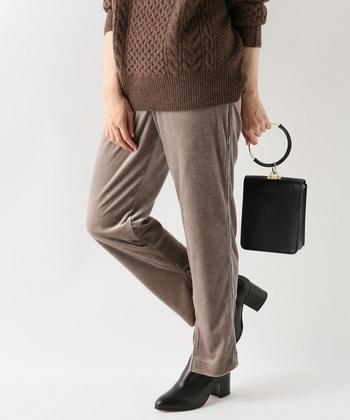 また、ワイドパンツを既にもっているという場合は、細身のテーパードシルエットなどもおすすめです。スリット入りのものなら、脚をより美しく見せてくれます。