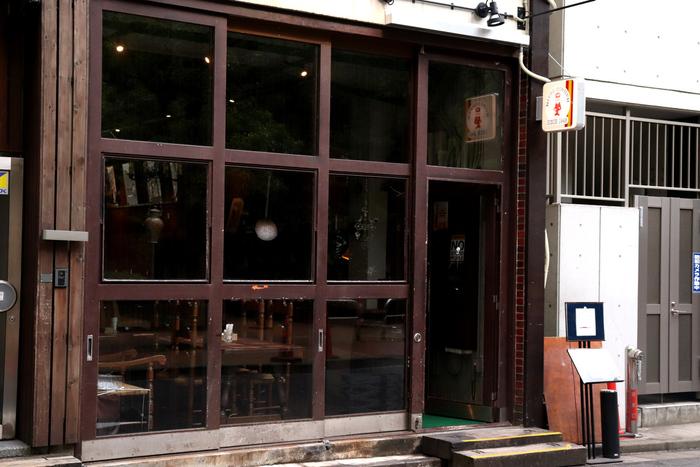 昭和23年(1948年)から歌舞伎座の近く長年お店を構えていた東銀座の洋食店「日東コーナー」は、入居していたビルが老朽化のため、現在は京橋公園近くへ移転しました。新店舗は大きなガラス窓が目印で、公園の緑を眺めながらお食事ができますよ。