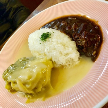 洋食屋さんの人気メニュー、ハヤシライスとのワンプレートもおすすめです。どちらにしようか迷ったら、ひと皿で2つの味を楽しんでみませんか?