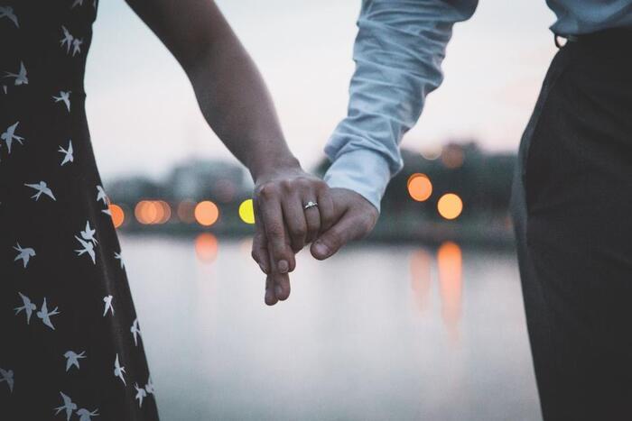 また、妥協婚をした女性たちの中には、長年付き合っていた人と「この人でいい」と結婚した方も結構いるもの。結婚とはお互いのタイミングとも言いますよね。年齢的に、あるいは子供ができたから、など何かしら妥協させてくれる嬉しいターニングポイントがやってきた、と考えれば、それは妥協婚とは言えないし、幸せを築いていく1つのステップではないでしょうか。