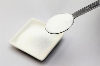 塩分は、ぬかカップ1対して塩小さじ1〜塩大さじ1/2程度。ゆるくなったぬか床にぬかと塩を加えたら、混ぜ合わせるだけOK!
