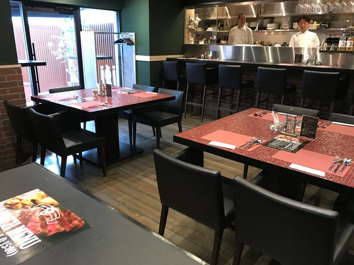 店内はオープンキッチンで、調理している様子が間近で見えるのが楽しいですね。お肉を焼く音や香りに食欲がそそられます。