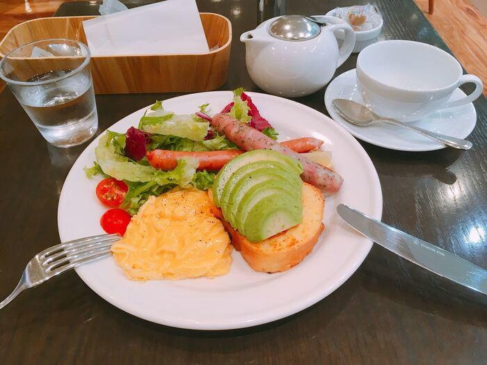 女性に人気の「アボガド&ソーセージ」は、クリーミーなアボカドとフレンチトーストの組み合わせが新感覚。パンをひたすアパレイユ液はミルクの割合が多めで、外は香ばしく中はやわらかに仕上がっています。