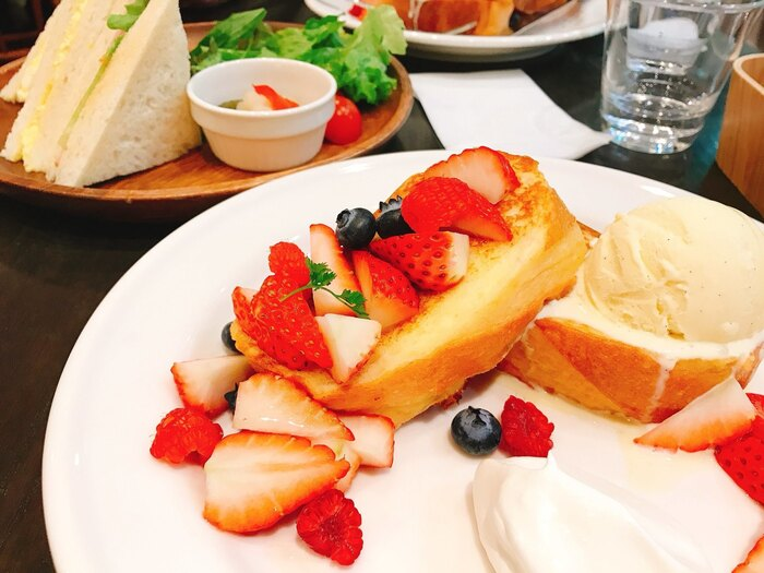 カフェタイムには、ベリーの甘酸っぱさとハニー&バニラアイスの甘さがたまらない「ミックスベリー」はいかがですか?カリふわのフレンチトーストは、朝・昼・スイーツタイム…シーン問わず食べたくなりますね。