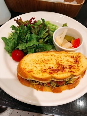 フレンチトーストで作った珍しいサンドウィッチ。バジルチキンにセミドライトマトとモッツァレラチーズを組み合わせは、手軽なランチとしても人気です。