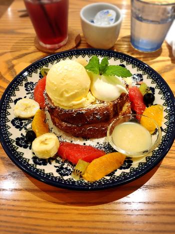 こちらのフレンチトーストに使われているのは、横浜にある人気のベーカリー「ベッカライ徳太朗」のバゲット。フランス産小麦を使用した特注品で、豊かな風味が格別です。それをたっぷりのアパレイユにひたし、フランス産の発酵バターで焼き上げれば、ふわふわカリカリに。  こちらの「たっぷりフルーツ&ハニークリームソース」は、フレッシュフルーツの甘酸っぱさとのバランスが絶妙です。