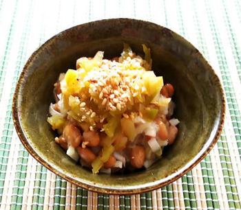 納豆好きさんに、ぜひ1度お試しいただきたいのが、新感覚の納豆レシピ「ザーサイ葱納豆」。ザーサイの塩気があるので、醤油は適宜調整してくださいね。