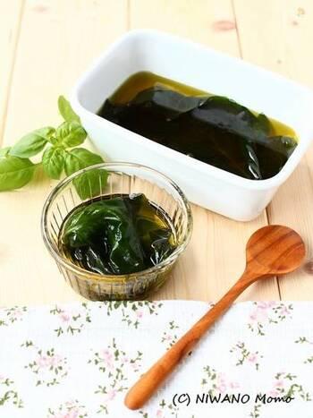 家庭菜園でバジルがたくさん採れた時には、オイル漬けにすれば長期保存が可能です。オリーブオイルに一週間ほど漬けると、オイルにバジルの香りが移っているので、オイルだけでもサラダやパスタなど様々な料理に使えますよ。