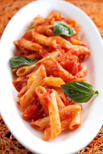 鷹の爪が効いたピリ辛トマトパスタのアラビアータ。トマト料理とも相性のいいオレガノを使って作りましょう。隠し味に醤油を少し入れるのがポイントです。生のバジルもあれば、ぜひ添えてみて♪