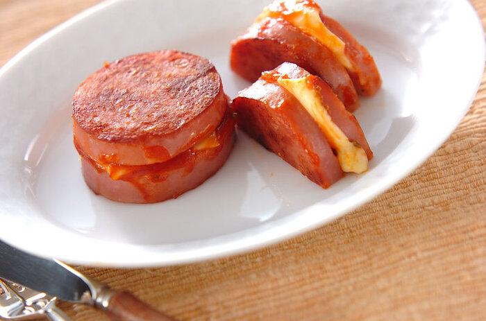 太めの魚肉ソーセージをカットして、チーズとオレガノを挟んで焼くレシピ。味付けはシンプルにケチャップだけですが、チーズと好相性のオレガノを加えることで香りよく、大人っぽい味に仕上がります。