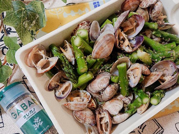 あさりとアスパラをオレガノの風味でさわやかに仕上げる炒め物のレシピ。味付けはシンプルに塩コショウだけなので、食材の味を楽しめます。オレガノの香りが料理を格上げしてくれるので、ワインにもご飯にも合う一皿に。