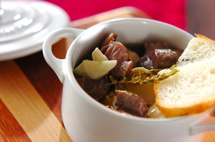 うち飲みやおもてなしに用意したい砂肝のアヒージョです。オリーブオイルにタイムをプラスすることで香りよく仕上がり、バル風の味わいに。エリンギのほかにマッシュルームなどお好みのキノコをプラスしても良さそうですね。