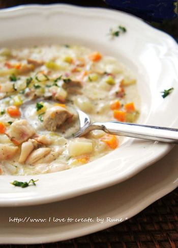 牡蠣の旨みをたっぷり味わえるチャウダーのレシピです。たくさんの野菜も一緒に頂けるので栄養も◎タイムを加えて煮込んで、香り良く仕上げましょう。肌寒い日にもおすすめの体がホッとあたたまる一皿です。