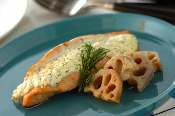 魚と相性のいいディルは特にサーモン料理に使われることが多いですよね。こちらはディルを混ぜたチーズソースをサーモンにたっぷり挟んでオーブンで仕上げるレシピ。濃厚なチーズの風味に爽やかさをプラスしてくれて、塩気の効いたサーモンにぴったり。