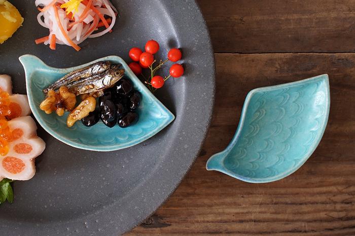 その種類の豊富さと、収納、お値段など、いくつかの手に取りやすい魅力で、気づいたらお家に何枚も持っている方も多いのではないでしょうか。そんな豆皿、上手に使えていますか?お漬物やスイーツの乗せるイメージが強い豆皿ですが、実は毎日の食卓で活躍してくれる頼もしい存在なんですよ。