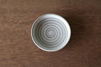 とは言え、器ごとに違うその模様は美しく、無地の器にはない趣を楽しむことが出来ますね。同じお皿を数枚揃えて使うのもおすすめです。