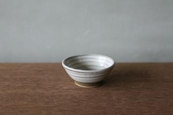 豆鉢とも呼ばれる深さのあるタイプは、水気のあるものでも入れらるので豆皿と合わせて揃えておくととっても便利。豆皿と合わせて、食卓に並べたいアイテムです。