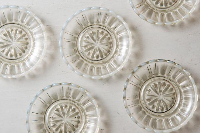 陶器の豆皿はころんとしていてかわいい印象のものが多いですが、素材がガラスになるだけで一気に上品レトロな雰囲気に。きれいなカットが美しく、並べるだけでもうっとりとしてしまいます。