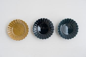 マーガレットモチーフの豆皿は、何枚も並べると食卓にお花が咲いた様に。かわいいのに深い色合いのアイテムは、とってもモダンな印象で、和洋中問わず活躍してくれます。
