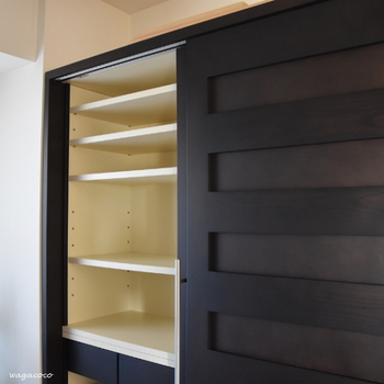 収納力抜群な食器棚。いざ持っている食器を入れてみるとギュウギュウに感じてしまうことも多々あるものです。
