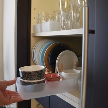 同様に増えていきがちな小鉢もこのようにケースに引き出し式に入れると取り出しやすく便利ですよ。重ねてしまいがちな丸皿も立てて収納。大きな食器棚がある方にオススメの「開けた時も綺麗に見せることができる」収納アイデアです。
