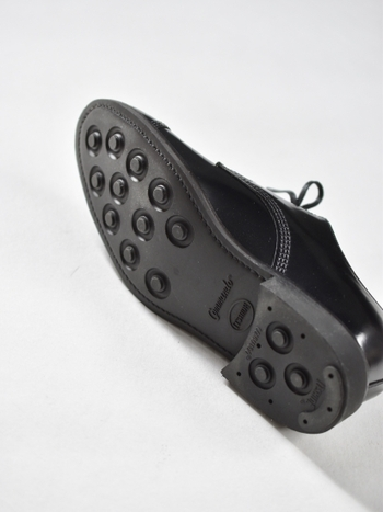 革靴は足元が滑る印象があるかもしれませんが、サンダースの「MILITARY DERBY SHOE」はまさに歩きやすく、雨や雪などにも強い、計算されたソールを持ち合わせています。