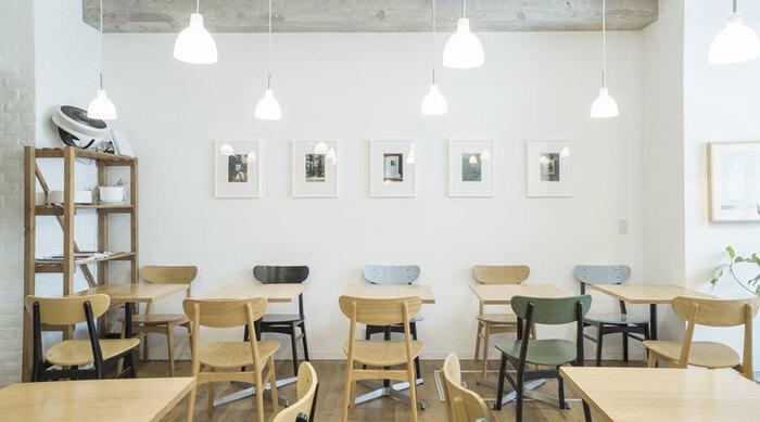 「現代美術コレクターの自宅」をコンセプトにしたこちらのカフェは、東急田園都市線・池尻大橋駅、三軒茶屋駅から徒歩約12分ほどの距離にあるユニークなアートカフェです。シンプルですっきりとした空間には、贅沢にアート作品が飾られています。公式サイトに現在、展示されている作品についてのご紹介もあるので、チェックしてから訪問してみるといいですね。