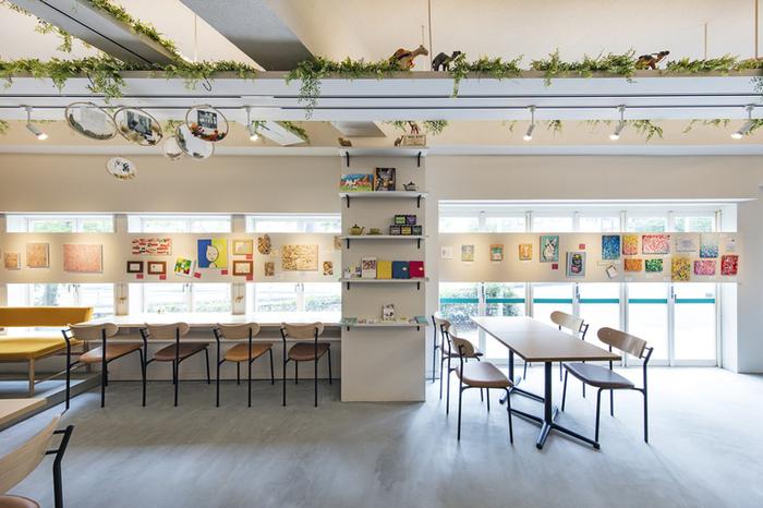 「もっと日常にアートを!」という気持ちで生まれたというこちらのカフェ。東京メトロ六本木駅から徒歩2分ほどの距離にあります。六本木は美術館も多いエリアで、美術館巡りの合間に気持ちを切らさず、ひと休みするのにもおすすめです。展示は三週間ごとに変わるので、何度行っても楽しめます。