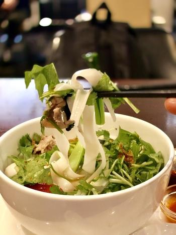 フォーやガパオなどエスニックなお料理がおいしいと評判で、スイーツやコーヒーなどは店名にもなっているファイヤーキングの食器で提供されます。