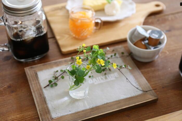 おもてなしのテーブルコーディネートに花を取り入れることで、スペシャルな雰囲気に。食事をとる場のため、香りが強くない花やグリーンを選んでくださいね。