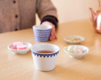 白とブルーのシンプルなデザインは、和食はもちろん、洋食にもティータイムにもぴったり。コーヒー・デザート・サラダなど、いろいろな用途に使ってもらえるはずです。