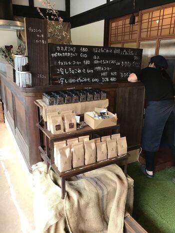 出雲大社のすぐ近く、神門通りの一つ隣の通りに、チョコレート専門店「okinogami blue cacao's(沖野上ブルーカカオ)」が2017年オープン。  古民家カフェかとおもいきや、なんと店内にチョコレート工場を併設しており、その様子を見学することも。  店内はもちろん、芳醇なカカオの香りが漂っています。とっても幸せな気持ちになりますよ。