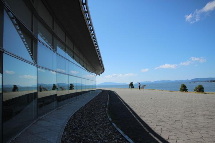 はじめに、松江駅から徒歩約15分ほどで行ける「島根県立美術館」をご紹介。  「観光旅行なのに、どうして美術館へ行くの?」と思われる方もいるかもしれませんが、お目当ては、気軽に楽しめる野外彫刻作品の「宍道湖うさぎ」。