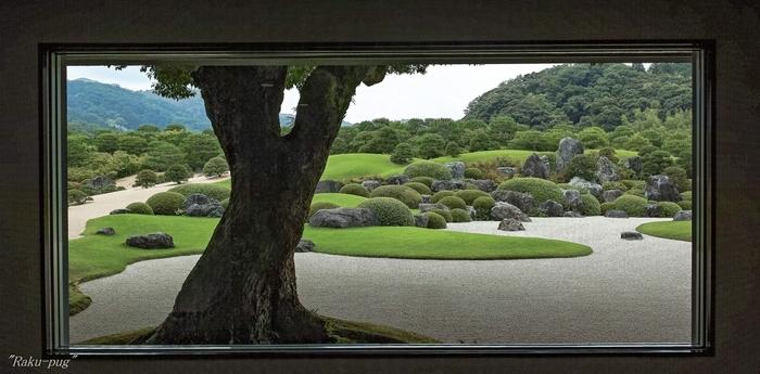 """「足立美術館」は日本画を中心とする美術館なのですが、下の公式発表のとおり、ずっと""""日本一の庭""""として評価され続けているのです。  こちらは「生の額絵」という館内の場所から捉えた、外の庭の眺め。""""今の風景""""が絵となるのですが、本物の絵に見えるほどの美しさ。なんとも贅沢な借景ですね。自分の芸術を見る視点・センスを養う機会としても、訪れる価値ありです。"""