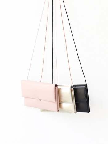 ステッチの跡が見えないシームレスで上品なショルダーバッグです。つるりとした艶やかな質感が大人ぽくて素敵。