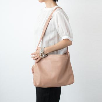 柔らかな牛革で作られたショルダーバッグは、体に寄り添うように掛けられるのが魅力。A4サイズも入れられる実用的なキャパシティーを備えています。