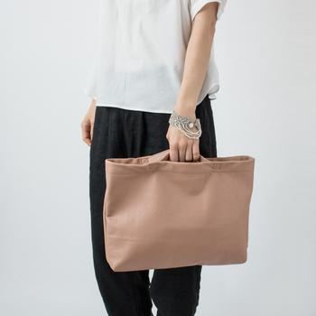 ハンドバッグとして使う取っ手は内側に付いています。スッキリとしたデザインで、スタイリッシュな雰囲気です。