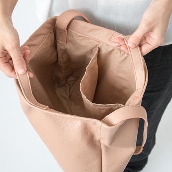 中には深めの布ポケットが付いていて、パスケースやスマホの管理に便利そう。底にはマチが付いていて入れやすい。