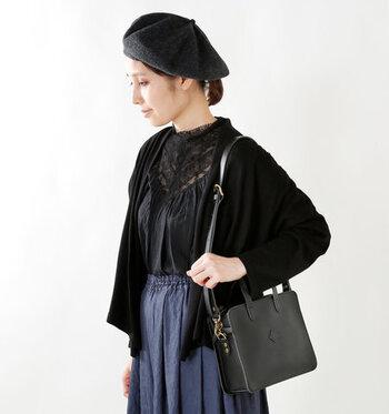 ハリのある牛革で作られたバッグは、端正で品のある佇まい。ショルダーバッグとハンドバッグの2wayで使えます。